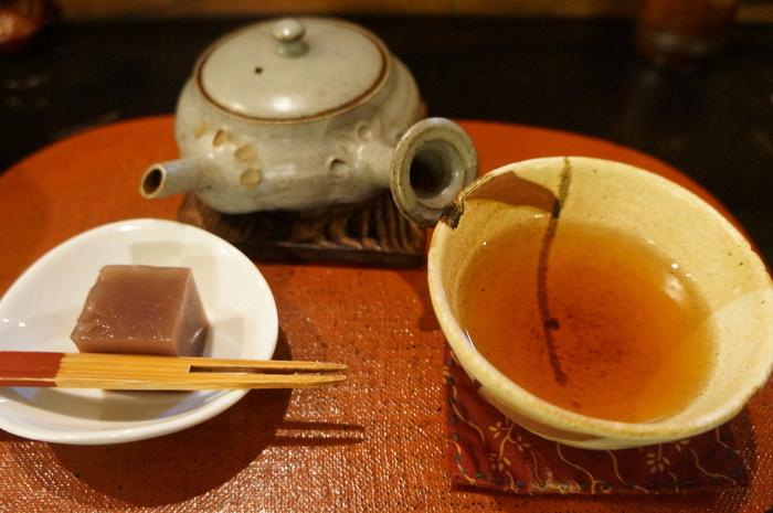 日本茶カフェという店名の通り、お茶のメニューはたくさんあります。お茶を頼むと小さな羊羹も付いてくるのが嬉しいポイント。香り高いほうじ茶は、常連さんの間でも大人気です。趣のある急須や湯のみも素敵ですね。お茶に合うスイーツやフードメニューもある、大満足のカフェです。