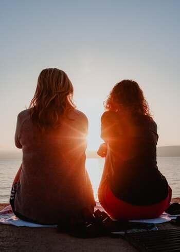 悲しいニュースに皆の気持ちが暗く沈んでしまうような時は、一人で抱え込まず、家族や友人と胸の内を話し合ってみましょう。難しい意見交換などを無理に頑張らなくても大丈夫。親しい相手とただお互いの思いを打ち明けるだけで少しスッキリしますし、心を癒す効果的なセラピーになります。