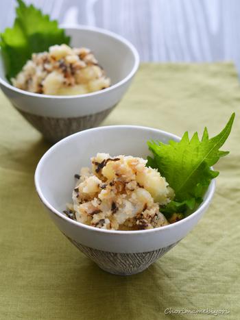 蒸したじゃがいもで作るシンプルで美味しい「粉ふき塩昆布いも」。単品で盛りつけても◎。子供からご年配の方まで喜んでくれそうなホクホク美味しいレシピです。
