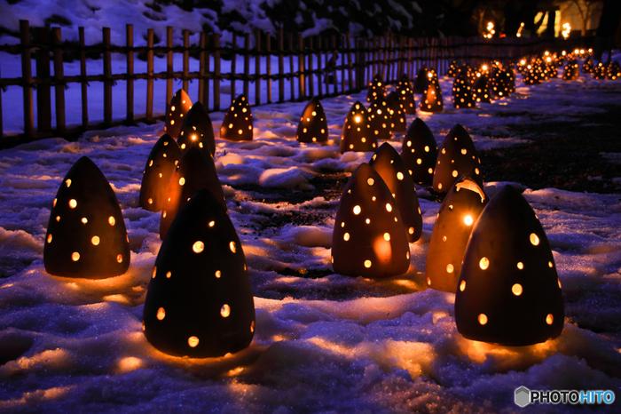 メインとなる鶴ヶ城では、絵ろうそくが揺れる美しさで「動」の世界を、日本庭園「御薬園」では竹筒の灯りで「静」の世界を表しています。和の魅力に囲まれた中に浮かぶ雪と灯りの世界は、幽玄で奥深い味わいです。