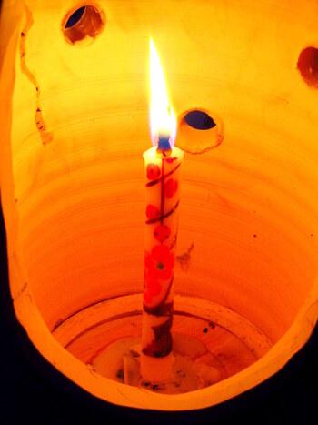 会津の伝統的工芸品「会津絵ろうそく」の繊細な職人技をより多くの人に知ってもらおうと始まったこのおまつり。鶴ヶ城や御薬園をはじめ、市内のいたるところで約10,000本のろうそくの灯りが雪景色に浮かびます。