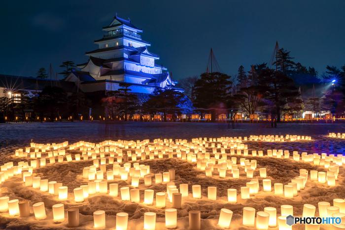鶴ヶ城へは2日間ともに夜間登閣が可能となっており(有料)、天守閣からはろうそくで描かれた地面の絵を確かめることができます。登った人しか見ることのできない貴重な景色のため、訪れたらぜひ登っておくのがおすすめです♪  ■会津絵ろうそくまつりは2020年2月7日(金)・2月8日(土)17:30~21:00の日程で開催。