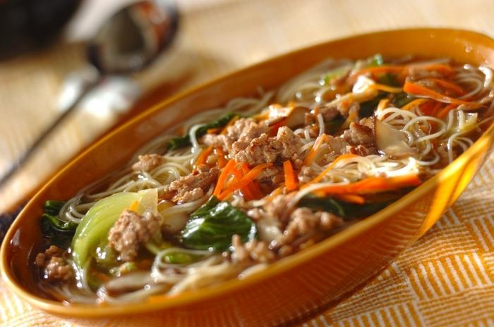 炒めることが多いビーフンですが、温かい汁ビーフンも人気です。野菜もたっぷり味わえ、また油をあまり使わないので、ヘルシーに楽しむこともできそうです。体もぽかぽかに温まります。