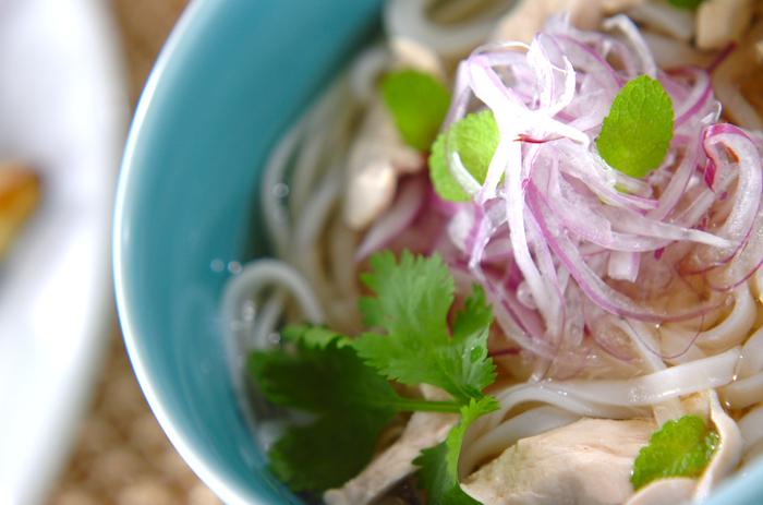 ベトナムのフォーは、代表的なエスニック麺としてとても人気がありますね。本場では、唐辛子やバジルなどの香草を好きに入れて、自分好みの味にして食べるのだとか。フォーは、日本でも手に入りやすいのでぜひお試しください。