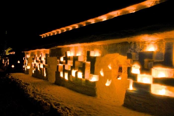真冬には6mほどの大雪が積もる月山志津温泉の宿場町。積雪を利用してかたどられた旅籠(江戸時代の宿泊施設を再現したもの)の中はかまくらのような造りになっています。キャンドルやろうそくの灯りで浮かび上がる夜の雪旅籠は、どこかロマンティックな雰囲気…♪