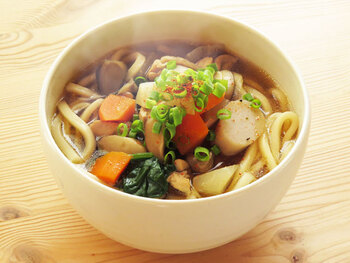 野菜たっぷりで、いろんな地方で食べられているけんちんうどん。野菜と鶏肉を炒め煮しているので、コクもたっぷりで食べ応えがあります。体も心もほっと和んで温まる、ふるさとの味のうどんです。