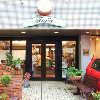 高幡不動駅から歩いてすぐの場所にある、老舗のパティスリー。丁寧に作られたお菓子たちはどれも美味しく、「ちょっと美味しいおやつを食べたい」時にも手に取りやすい値段設定となっています。