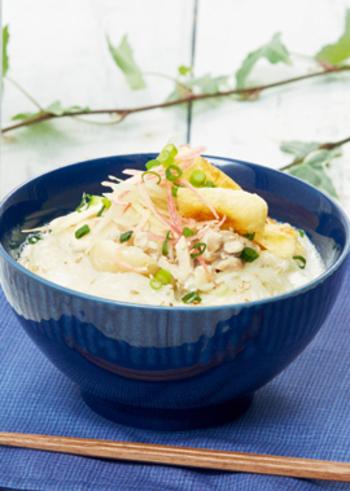 水は使わず、牛乳だけを使ったにゅう麺。ミルクのまろやかさと鶏のうまみの絶妙なコンビネーションが味わえます。麺料理ですが、スープ料理としても堪能できそう。