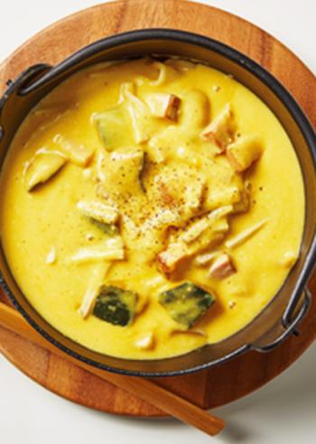 柚子を練り込んだ自家製ほうとうを使って、カルボナーラ仕立てにしたユニーク麺料理。だしや白味噌など和風味と、チーズやクリームなど洋風味がまろやかにひとつになります。
