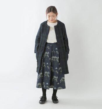 ダークトーンの上品な色味のコーディネートですが、スカートの刺繍には明るい色が使われていたり、コートにはチェック柄が使われていたり、柄で遊びをプラス。刺繍は、冬らしい落ち着いた装いに差し色を添えるのにぴったりです。