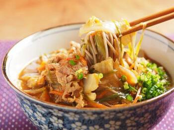 カレーそばも、ときどき無性に食べたくなる味ですね。和風だしとカレーは、相性も抜群。肉も野菜もたっぷりで、元気が出る麺料理です。