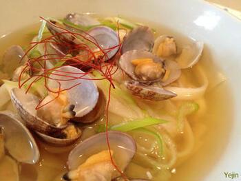 冷麺と並ぶ韓国のニ大麺のひとつ、カルグクス。包丁で切って作られた、日本のうどんのような麺です。こちらは、あさりのカルグクス。そのバリエーションは豊富で、海鮮系もあれば、肉系も。キムチを入れるのもアリです。日本で作るなら、どんなうどんでも代用OK。