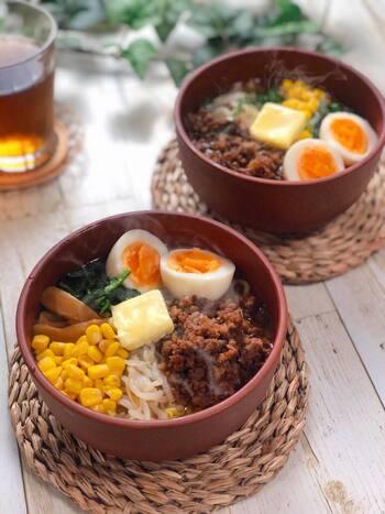 ラーメンは、中華麺が日本で独自の発展を遂げたもの。いまや代表的な日本食のひとつですね。有名店がいっぱいですが、おうちでも工夫次第でおいしく作れます。こちらは、肉味噌バターラーメン。冬に人気の味噌仕立ては、芯から温めてくれる味ですね。