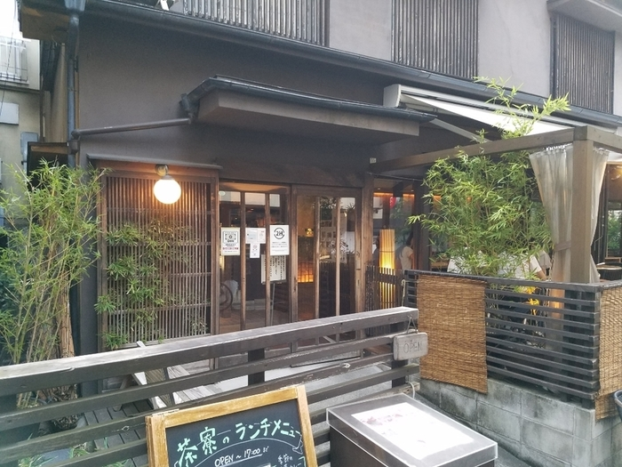 古民家のような雰囲気がお好きな方には、神楽坂にある「神楽坂 茶寮(さりょう)」がおすすめ。神楽坂 茶寮カフェは渋谷や池袋、吉祥寺などにもお店がありますが、古民家の雰囲気が味わえるのは、ここ神楽坂本店だけです。