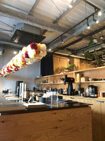 店内には、広々としたカウンターがひとつ。コーヒーや日本茶の道具が美しく並べられています。ブラックやグレーを基調としたスタイリッシュな空間に、木製の棚や観葉植物が並べられていて、とってもおしゃれ。お茶をいただくちょっとした時間も、特別なものになりますね。