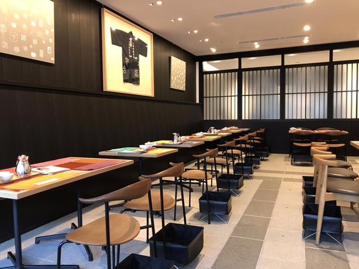 中央のカウンター席を取り囲むように、テーブル席が配置されています。壁やテーブルの上の飾りなども、和テイストに統一。シックな黒塗りの壁はおしゃれなのに落ち着きます。京都に本店を構える、日本茶のお店らしい風格ですね。