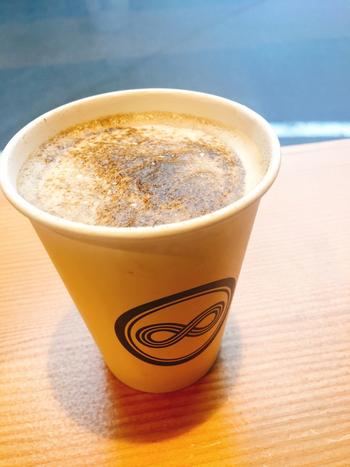 カフェスタンドなので、メニューは飲み物が中心。あんみつやソフトクリームなど甘味も用意されています。ほうじ茶は、ホットとアイス、ラテもありますよ。注文後にひとつずつ丁寧に淹れてもらえるので、淹れたての香ばしい香りをたっぷり満喫することができます。