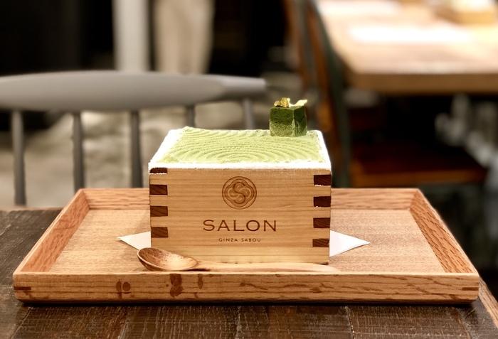 SALON GINZA SABOUと言えば、この升パフェ!正式な名前は「茶房パフェ」です。通常は「濃いめ」と「日本庭園風」の2種類があり、季節に合わせた期間限定メニューが登場することもあります。お茶セットなら、ほうじ茶と一緒に頼むことができますよ。