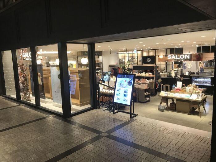 銀座からはもう一店、東京メトロ銀座駅のすぐ近く、東急プラザ銀座の地下2階にある「SALON GINZA SABOU(サロン ギンザ サボウ)」をご紹介。店内では食品や雑貨が販売されており、格子ガラスの奥が甘味とお食事が楽しめるカフェレストランになっています。