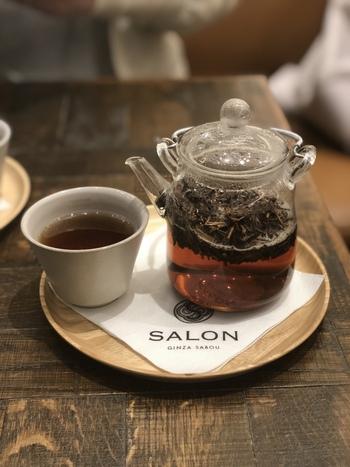 ところで気になるほうじ茶ドリンクがこちら。メニューでは「焙煎かりがね茶 春眠」と書かれています。奈良県の茶園から仕入れているこだわりの茶葉が使われていて、香り高く甘味もあり軽やかな味わい。カフェインも少なめなので、ディナーの後にもおすすめですよ。