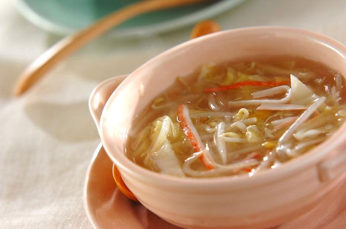 ツルンとした春雨とシャキッとしたもやしがおいしい、ボリュームたっぷりのスープ。キャベツも入っているので食べ応え抜群!とろみのあるスープであたたまります。