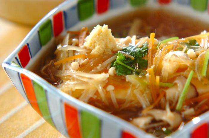 食欲がない日にも食べやすい、温豆腐の野菜あんかけ。人参、玉ねぎ、しいたけ、えのきがたっぷり入っているので栄養も◎。しょうがでポカポカ身体の芯まであたたまります。