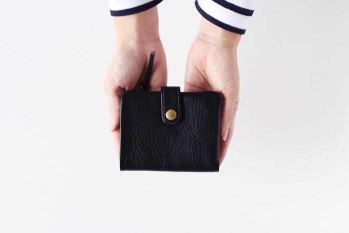 牛革にシワ加工を施した趣のある2つ折り財布です。凹凸のある表面が使い込んでも傷が目立たず、味わい深くなっていきます。真鍮の留め具も素敵です。