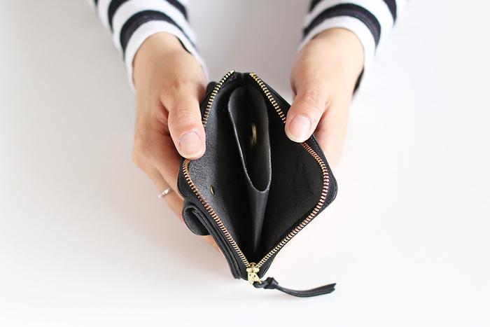 ファスナーの内側はレザーで仕切られています。真ん中には硬貨を入れて、両脇には紙幣やカードを入れると良さそう。お財布として使う以外には、中央部分にキーリングが付いているので、キーケースとして使う方法も。
