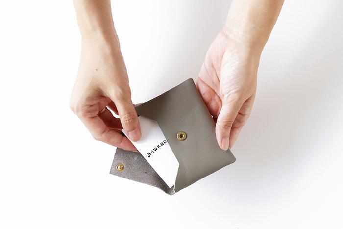 牛革で出来たカードケースは、そぎ落としたミニマムなデザインが美しい。細工が無いから、使い方も様々にアレンジできます。カードケースとして使わない時は、キーケースや小物入れなどにしても素敵です。