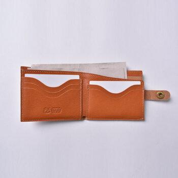 内側のお札を入れるスペースは、波状に上部がカットされているので出し入れがしやすい。硬貨は外側のポケットに入れます。