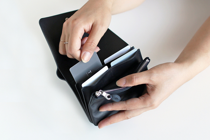 硬貨はファスナー付きのポケットに、カードの収納も充実しています。縦に入れる新鮮な入れ方は、革の柔らかさを生かした方法。カードの端を掴んでスッと取り出しやすい。