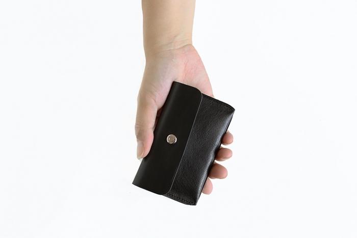 同じく柔らかな牛革で作られたカードケースです。コンパクトでシンプルな作りはシリーズで持てはさらに統一感が出そう。