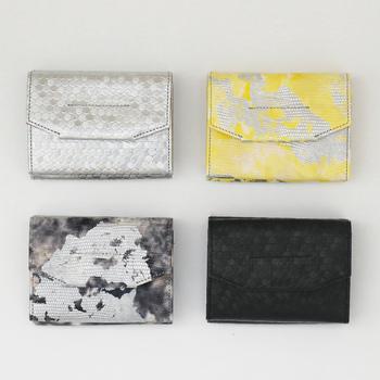 本革で作られた三つ折りのお財布は、それぞれ独特でスタイリッシュなデザインが大人にふさわしい。ハンドペイントや箔などこだわりが感じられます。
