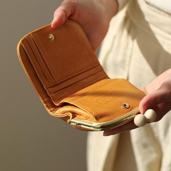カードやお札を入れるスペースもしっかりと充実しています。内側はコットンで縫製されていています。