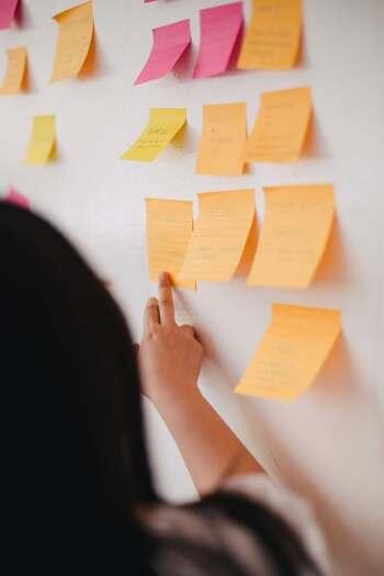 考えても仕方のないことについて負のループのように考え続けるのではなく、そこから前進するためにはどうすべきか考え、原因を追及し改善できれば、次は成功につなげられます。そうすれば、嫌な記憶は良い記憶へと上書きできますよね。