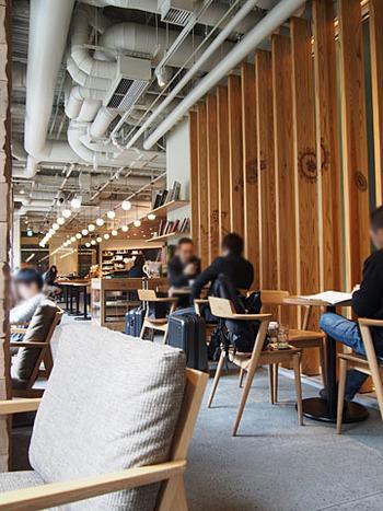 吹抜けのあるひろびろ空間に、大テーブル、窓に面したアームソファなど70席あまりのキャパシティ。