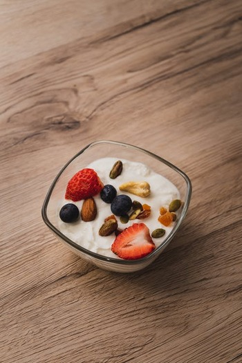 牛乳に乳酸菌や酵母を加えて発酵させたヨーグルトは、腸活や菌活でも注目されている発酵食品です。ヨーグルトには乳酸菌が豊富に含まれており、腸内の善玉菌を増やして腸内環境を整えてくれます。