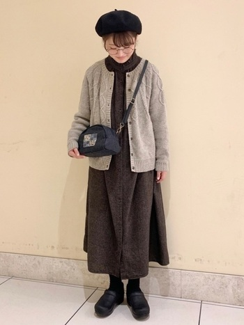 フレアなロングワンピースに、編み模様が可愛らしいカーディガンを羽織るとやわらかな印象に。  帽子、バッグ、シューズの3点を黒で引き締めて、バランス良く仕上げています。