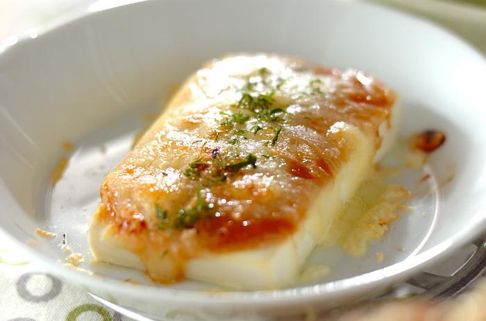 とりーりチーズと甘辛いみそがおいしい、豆腐のみそチーズ焼き。水切りした豆腐に合わせみそをぬり、ピザ用チーズをのせてトースターで焼くだけ!いつもとはひと味違った豆腐を楽しめます。