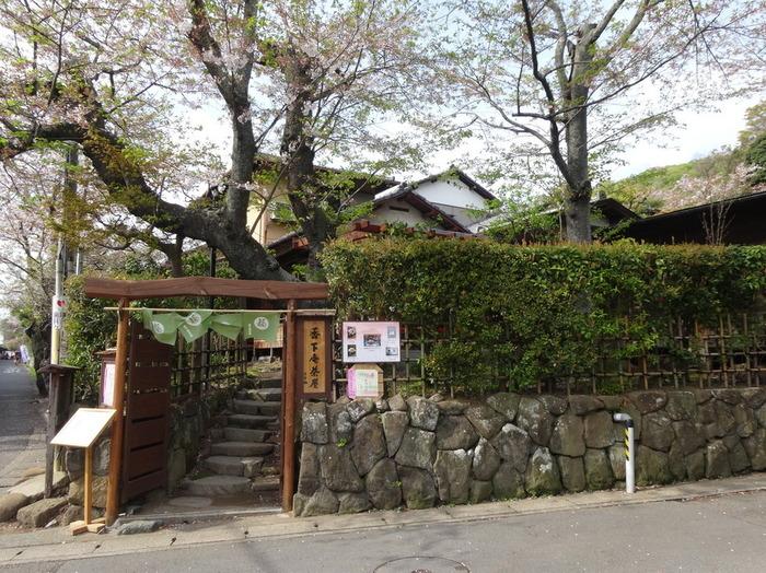 北鎌倉駅すぐ横には、お茶屋さんだった建物を改築した「香下庵茶屋 (こうげあんちゃや)」があります。純和風のお店には庭に面したカウンター席とテラス席が用意され、散策の合間の憩いの場所として愛されています。