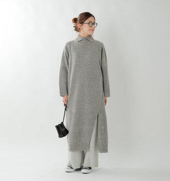 ふっくらとした丸みあるシルエットと、足首をきれいに見せるミモレ丈が、レイヤードスタイルをバランス良く見せてくれるこちらのワンピース。深めのスリットが入っているので足さばきもよく、ロングスカートなどと合わせても素敵ですよ。