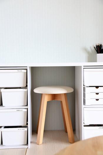 カラーボックスをテーブルの脚代わりにして、天板をわたせばデスクにも早変わり! こちらは耐震用のシールで固定されているそう。 コンパクトにおさまるので、ちょっとした空間に設置できるのもいいですね。