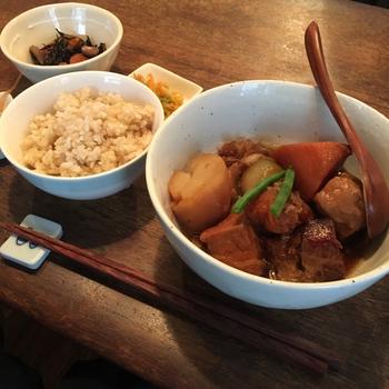 ランチの一例は『海老とれんこんのモッチリ揚げ春巻』『じゃこと長芋の梅じそチャーハン』『ジャガイモと豚肉のハニーマスタード』など。主食は胚芽米or玄米からチョイスします。