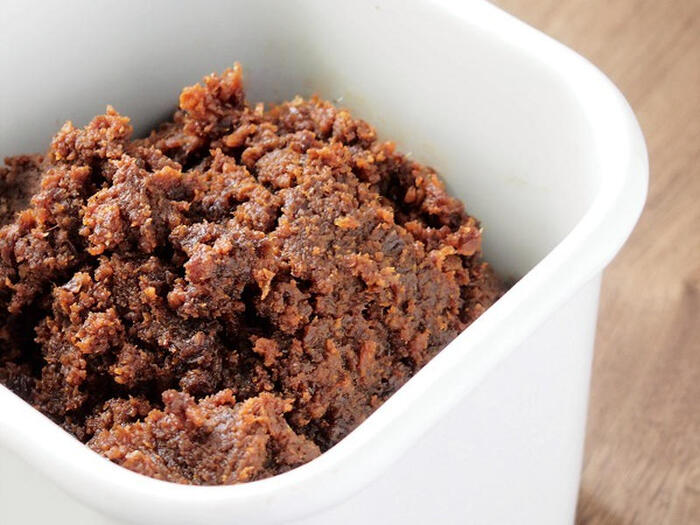 大豆・米・麦などの穀物に塩と麹を加えて発酵熟成させた味噌も、腸内環境の改善や美肌効果で注目されている人気の発酵食品です。時間をかけて発酵させることでコクや旨みが増し、アミノ酸やビタミンなどの栄養成分も生成され、もともとの大豆よりも風味が良くなり栄養価も高くなります。スープを作る際にはキムチや納豆など、ほかの発酵食品と組み合わせるのもおすすめですよ。