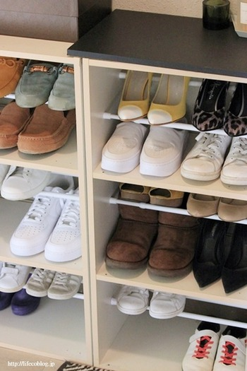 カラーボックスをシューズボックスとして使っている方も多いのでは?  高さのないぺたんこ靴やスニーカーは、上のスペースが余りがち。そんなときは、2本のつっぱり棒を棚板代わりに設置すれば二段収納に◎  靴の種類によって高さを調節できるのも嬉しいポイントです。