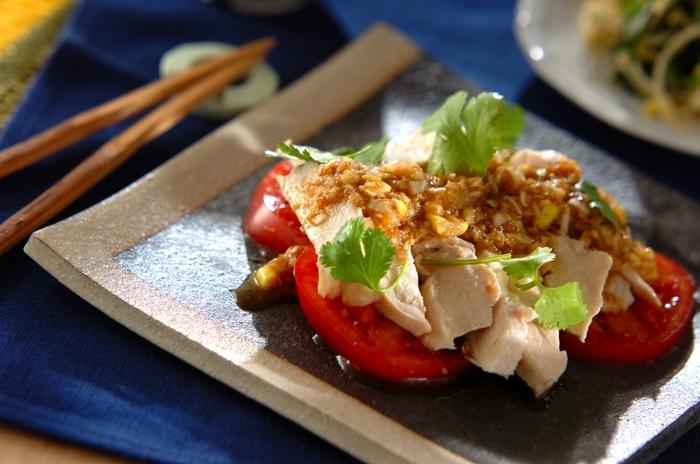 鶏むね肉で作る、しっとりとしたよだれ鶏。鶏むね肉をやわらかくするには、余熱で中まで火を入れるのがポイント。粗びき黒コショウとラー油がきいたピリ辛のタレが食欲をそそります。