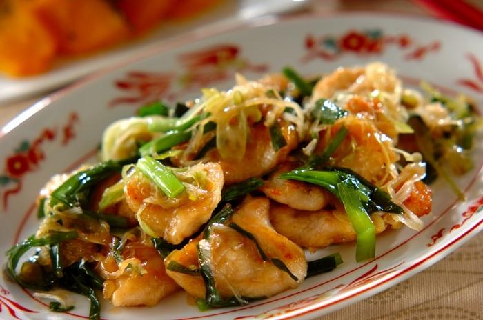 鶏むね肉のオイスター炒めは、鶏むね肉を削ぎ切りにしてから、めん棒で軽くたたいて薄くするのがポイント。味も絡みやすくなります。ネギとニラの香りも楽しめるレシピです。