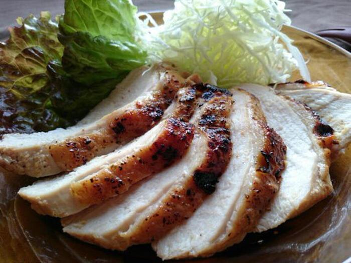 魚焼きグリルで作る、鶏むね肉のローストチキン。味付けは焼肉のたれだから簡単!ヨーグルトも入っているのでお肉がやわらかく仕上がります。ハーブと一緒に焼くと、さらに深い味わいに。