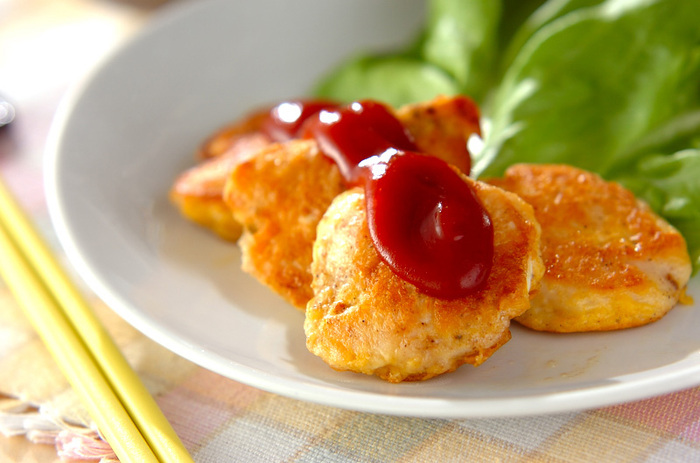 ふんわりおいしい鶏ささみのピカタは、鶏ささみに粉チーズ入りの卵液をつけて焼くのがポイント。粉チーズの風味とコクでそのままでもいただけます。チリソース入りのソースをかければ大人の味わいに。