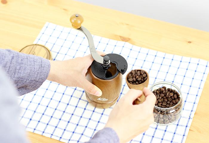 """すこし時間がかかっても、やっぱり挽きたてのコーヒーは味わいが違います。またコーヒー豆を挽くと、ふんわりとフレッシュなコーヒーの香りが漂って、その香りだけでも心が癒されるものです。""""贅沢なコーヒーを飲んでいる""""という実感が湧きますよ。"""